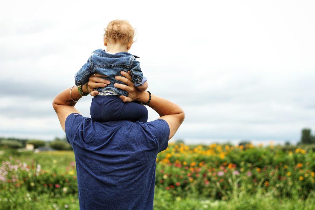 Il ruolo del papà è fondamentale: il loro modo diverso di rapportarsi con i figli porta a sviluppare differenti abilità